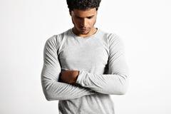 Młodego seksownego czerni wzorcowy jest ubranym światło - szara longsleeve koszulka Obrazy Stock