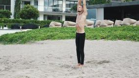 Młodego sportowego mężczyzny joga ćwiczy ciągnienia i ćwiczenie jego ręki w górę zdjęcie wideo