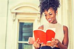 Młodego Szczęśliwego amerykanin afrykańskiego pochodzenia żeński student collegu z afro fryzury obsiadaniem rocznika stylu budynk zdjęcia royalty free
