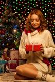 Młodego uśmiechniętego kobiety mienia czerwony bożych narodzeń prezent Obraz Stock