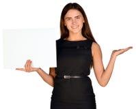 Młodego uśmiechniętego kobiety przedstawienia pusta karta Fotografia Stock