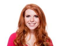 Młodego uśmiechniętego rudzielec kobiety portreta odosobniony wyrażenie fotografia stock