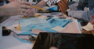 Młodego ufnego bizneswomanu wiodący wieloetniczny kreatywnie drużynowy działanie na brainstorming sesji, plandeka puszek na s zbiory wideo