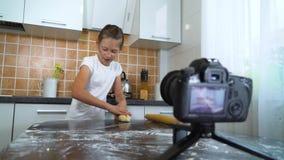 Młodego vlogger wideo magnetofonowa zawartość dla karmowego blogu tocznego ciasta z toczną szpilką zbiory wideo