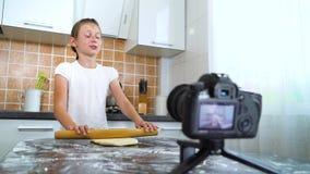 Młodego vlogger wideo magnetofonowa zawartość dla karmowego blogu tocznego ciasta z toczną szpilką zbiory
