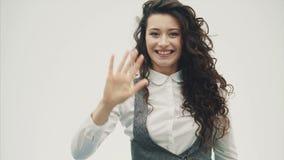 Młodej ładnej dziewczyny dobry biznes Stawiać rękę na jego czole chce widzieć co zdjęcie wideo