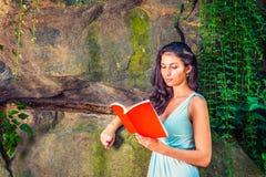 Młodej Amerykańskiej kobiety czytelnicza książka przy central park, Nowy Jork, wewnątrz Fotografia Royalty Free
