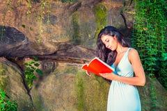 Młodej Amerykańskiej kobiety czytelnicza książka przy central park, Nowy Jork, wewnątrz Obrazy Royalty Free