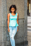 Młodej amerykanin afrykańskiego pochodzenia kobiety myślący outside w Nowy Jork Obraz Stock