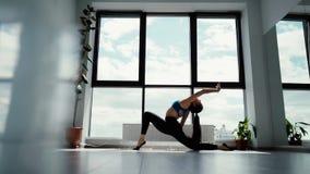 Młodej atrakcyjnej jog kobiety ćwiczy joga, robi Anjaneyasana w zwolnionym tempie zbiory wideo