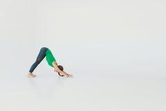 Młodej atrakcyjnej kobiety ćwiczy joga Młodej pięknej kobiety ćwiczy joga, gimnastyczny i Wellness pojęcie klasy Obraz Stock