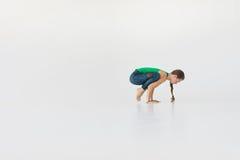 Młodej atrakcyjnej kobiety ćwiczy joga Młodej pięknej kobiety ćwiczy joga, gimnastyczny i Wellness pojęcie klasy Obraz Royalty Free