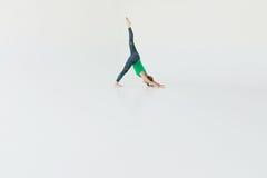 Młodej atrakcyjnej kobiety ćwiczy joga Młodej pięknej kobiety ćwiczy joga, gimnastyczny i Wellness pojęcie klasy Zdjęcia Royalty Free