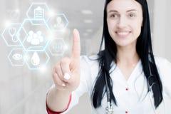 Młodej atrakcyjnej kobiety lekarki wzruszająca ikona środka ekran fotografia stock