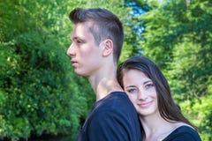 Młodej atrakcyjnej kobiety oparta głowa na plecy mężczyzna fotografia stock