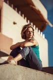 Młodej atrakcyjnej przypadkowej kobiety lata miasta ulicy plenerowy portrai fotografia stock