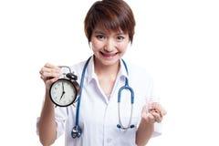 Młodej Azjatyckiej kobiety lekarki szczęśliwy przedstawienie zegar i pigułki Zdjęcie Stock