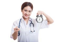 Młodej Azjatyckiej kobiety lekarki szczęśliwy przedstawienie zegar i pigułki Obrazy Royalty Free