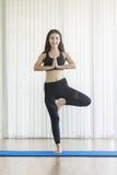 Młodej azjatykciej kobiety ćwiczyć joga Zdjęcia Royalty Free
