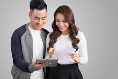 Młodej azjatykciej pary online zakupy z kredytową kartą, cyfrowy i Obrazy Stock