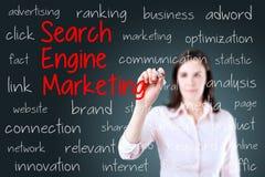 Młodej biznesowej kobiety writing wyszukiwarki marketingowy pojęcie niebieska tła Obraz Royalty Free