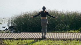 Młodej brunetki dziewczyny skokowa arkana zbiory wideo