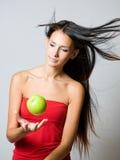 Młodej brunetki kuglarski świeży jabłko. Obraz Stock