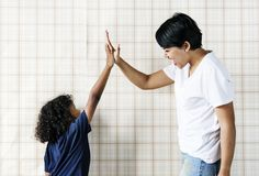 Młodej chłopiec pomaga mama łączy ręki wpólnie Zdjęcia Royalty Free