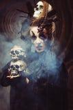 Młodej czarownicy hloding czaszka Jaskrawy uzupełniał i dymu Halloween temat Fotografia Royalty Free