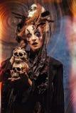 Młodej czarownicy hloding czaszka Jaskrawy uzupełniał i dymu Halloween temat Obraz Royalty Free