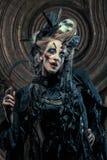 Młodej czarownicy hloding sierp Jaskrawy uzupełniał, czaszka, dymu Halloween temat Fotografia Stock
