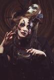 Młodej czarownicy hloding sierp Jaskrawy uzupełniał, czaszka, dymu Halloween temat Fotografia Royalty Free