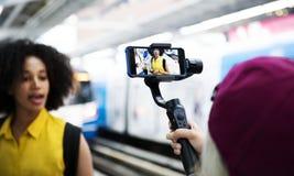 Młodej dorosłej kobiety podróżuje i blogging ogólnospołeczny medialny pojęcie zdjęcie royalty free
