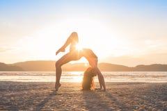 Młodej Dziewczyny Ćwiczy joga Na plaży Przy zmierzchem, Piękny kobieta wakacje medytaci nadmorski obrazy stock