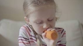 Młodej dziewczyny łasowania marchewka zbiory wideo