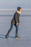 Młodej dziewczyny łyżwiarstwo na Jeziornym Balaton w Węgry Zdjęcia Royalty Free