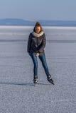 Młodej dziewczyny łyżwiarstwo na Jeziornym Balaton w Węgry Fotografia Royalty Free