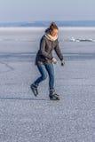 Młodej dziewczyny łyżwiarstwo na Jeziornym Balaton w Węgry Zdjęcie Royalty Free