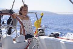Młodej dziewczyny żeglowania łódź fotografia stock