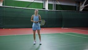 Młodej dziewczyny ciupnięcia piłka z kantem bawić się tenisa na sądzie zdjęcie wideo