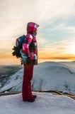 Młodej dziewczyny dopatrywanie przy zmierzchem na wierzchołku góry Fotografia Royalty Free