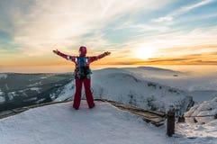 Młodej dziewczyny dopatrywanie przy zmierzchem na wierzchołku góry Obrazy Royalty Free