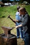 Młodej dziewczyny działanie jako blacksmith Fotografia Stock