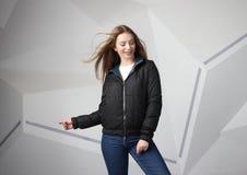 Młodej dziewczyny dziewczyna jest ubranym kurtkę z terenem dla twój logo w górę białej kobiety hoodie, zdjęcie royalty free