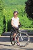 Młodej dziewczyny góry jechać na rowerze Obraz Royalty Free