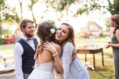 Młodej dziewczyny gratulowania państwo młodzi przy weselem w podwórku zdjęcia stock