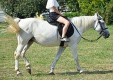 Młodej dziewczyny hoseback jazda na łące Obraz Royalty Free