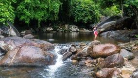 Młodej dziewczyny karmienia ryba rzeką zdjęcie stock