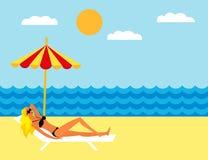Młodej dziewczyny lying on the beach na plaży pod parasolem Dziewczyna sunbathing na deckchair na plaży ilustracja wektor