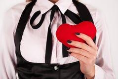 Młodej dziewczyny mienia czerwony serce w ręce Zdjęcie Stock